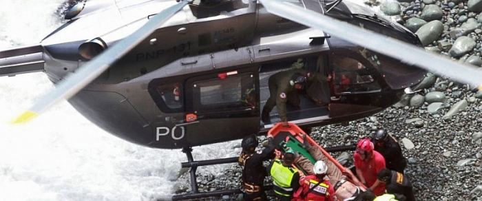 Trực thăng tham gia cứu nạn vụ tai nạn thảm khốc tại Peru, 48 người thiệt mạng. (Ảnh AP)