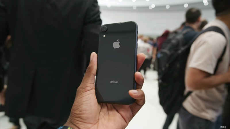 iphone xr co nhieu mau lam day hay ngam ky truoc khi mua no