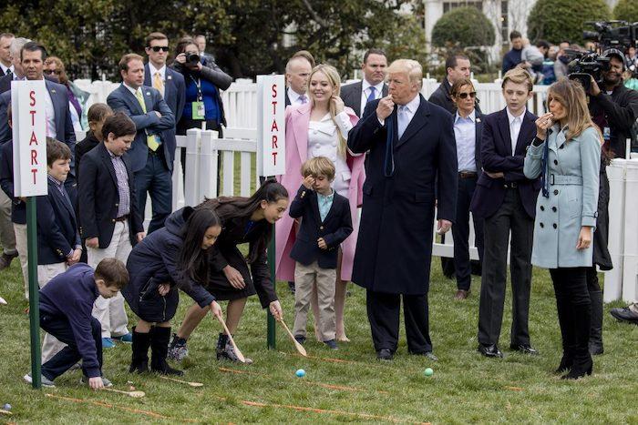 Tổng thống Donald Trump, Đệ nhất phu nhân Melania Trump và con trai Barron Trump tại sự kiện Lăn trứng Phục sinh (Easter Egg Roll) thường niên được tổ chức trên bãi cỏ phía Nam của Nhà Trắng vào ngày 2 tháng 4 năm 2018. (Ảnh: Samira Bouaou / Đại Kỷ Nguyên tiếng Anh)