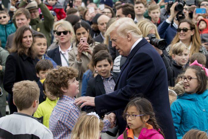 Tổng thống Donald Trump chào đón trẻ em tại Lễ Phục sinh Trứng hàng năm trên bãi cỏ phía Nam của Nhà Trắng vào ngày 2 tháng 4 năm 2018. (Ảnh: Samira Bouaou / Đại Kỷ Nguyên tiếng Anh)