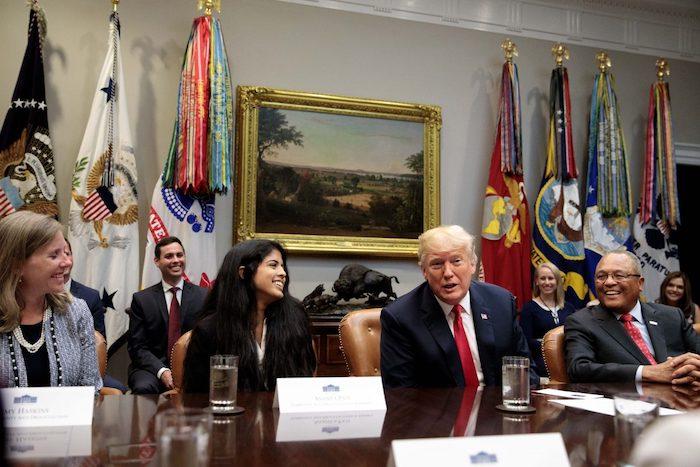 Tổng thống Donald Trump ngồi cạnh Ananya Pati (thứ 2 bên trái) thuộc Liên minh chống ma túy trong cộng đồng Hoa Kỳ (CADCA) và Arthur Dean (bên phải), Chủ tịch kiêm Giám đốc điều hành CADCA. Ông Trump đưa ra thông báo tài trợ vì cộng đồng không có ma túy, tại Phòng Roosevelt của Nhà Trắng vào ngày 29 tháng 8 năm 2018. (Ảnh: Samira Bouaou / Đại Kỷ Nguyên tiếng Anh)