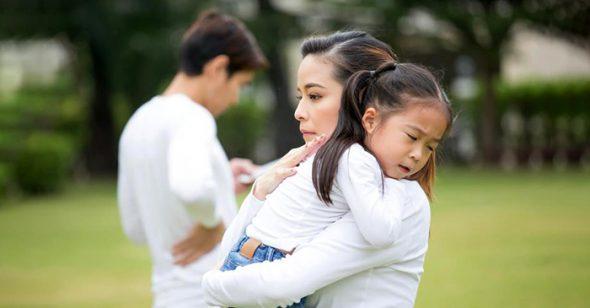 Đằng sau mỗi người mẹ gắt gỏng, có một người cha 'vắng mặt'