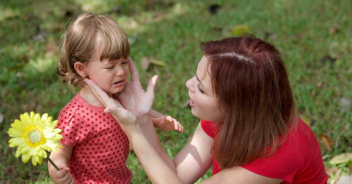 """Quát mắng đã lỗi thời và vô dụng. Nghiên cứu cho thấy giáo dục trẻ em cần phải """"thì thầm""""!"""