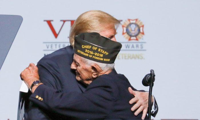 Tổng thống Donald Trump và cựu chiến binh WWII Allen Q. Jones 94 tuổi tại hội nghị Cựu chiến binh nước ngoài thường niên lần thứ 119 tại Kansas City, Mo., vào ngày 24 tháng 7 năm 2018. (Ảnh: Charlotte Cuthbertson / Đại Kỷ Nguyên tiếng Anh)