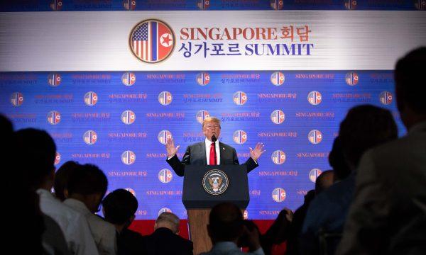 Tổng thống Donald Trump tổ chức một cuộc họp báo trực tiếp sau hội nghị thượng đỉnh với lãnh đạo Triều Tiên Kim Jong-un trên đảo Santosa ở Singapore vào ngày 12 tháng 6 năm 2018. (Ảnh: Samira Bouaou / Đại Kỷ Nguyên tiếng Anh)